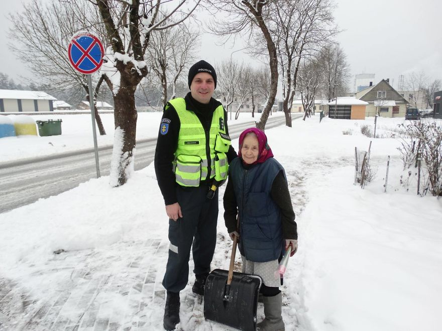 lithuanian police officers flowers international womens day13 5aa121314581c  880 - What Lithuanian Police Officers Did For Women On International Women's Day Will Bring A Broad Smile On Your Face
