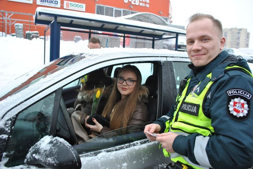 lithuanian police officers flowers international womens day14 5aa121332de99  880 - What Lithuanian Police Officers Did For Women On International Women's Day Will Bring A Broad Smile On Your Face