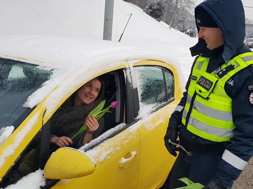 lithuanian police officers flowers international womens day15 5aa12135c0983  880 - What Lithuanian Police Officers Did For Women On International Women's Day Will Bring A Broad Smile On Your Face