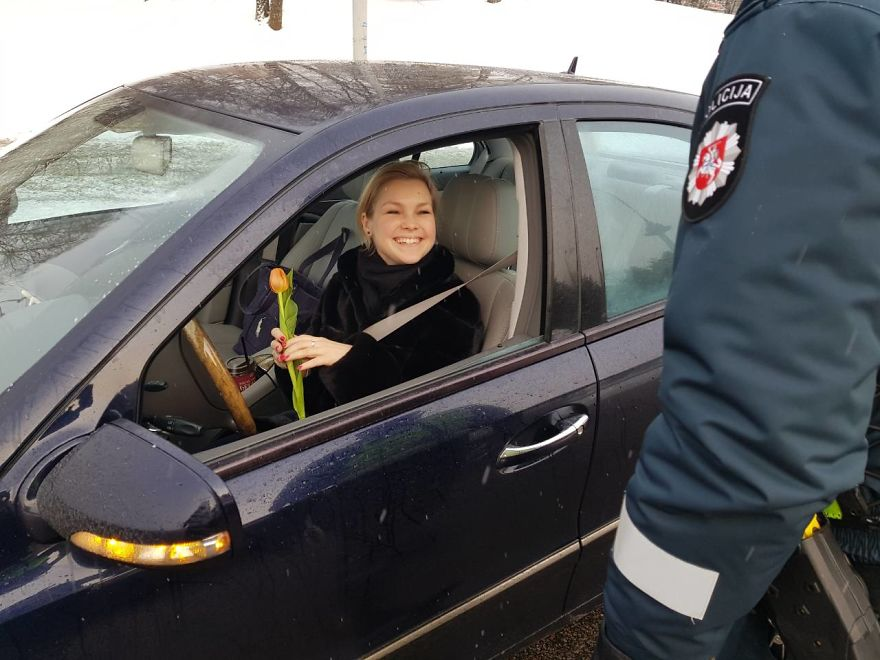 lithuanian police officers flowers international womens day17 5aa1213977d28  880 - What Lithuanian Police Officers Did For Women On International Women's Day Will Bring A Broad Smile On Your Face