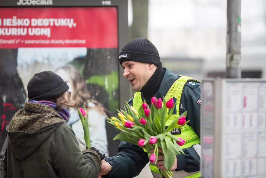 lithuanian police officers flowers international womens day18 5aa1213b5ae57  880 - What Lithuanian Police Officers Did For Women On International Women's Day Will Bring A Broad Smile On Your Face