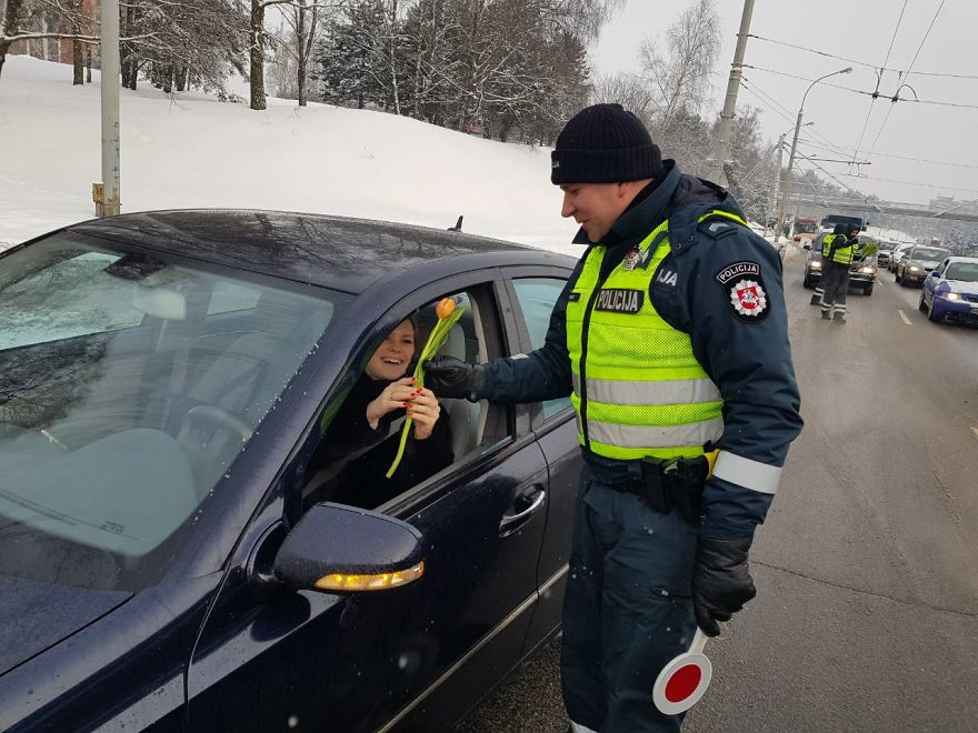lithuanian police officers flowers international womens day19 5aa1213d93e77  880 - What Lithuanian Police Officers Did For Women On International Women's Day Will Bring A Broad Smile On Your Face