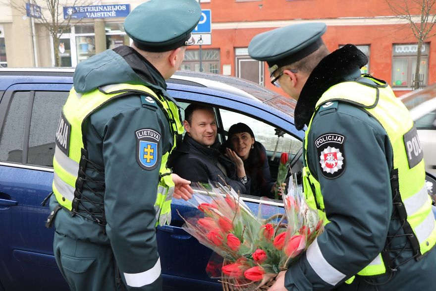 lithuanian police officers flowers international womens day2 5aa1211926b6f  880 - What Lithuanian Police Officers Did For Women On International Women's Day Will Bring A Broad Smile On Your Face