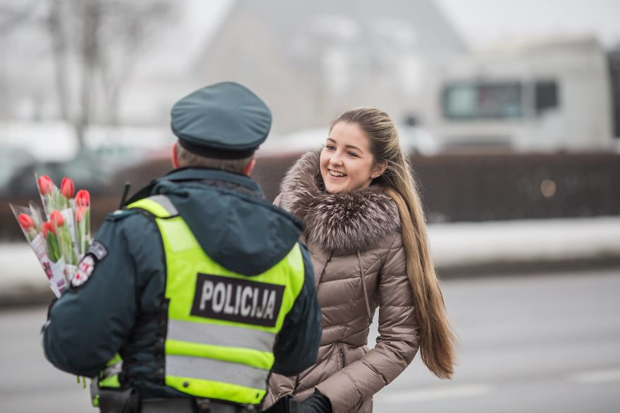 lithuanian police officers flowers international womens day7 5aa12123d6b50  880 - What Lithuanian Police Officers Did For Women On International Women's Day Will Bring A Broad Smile On Your Face