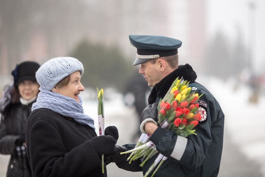 lithuanian police officers flowers international womens day9 5aa12127af963  880 - What Lithuanian Police Officers Did For Women On International Women's Day Will Bring A Broad Smile On Your Face