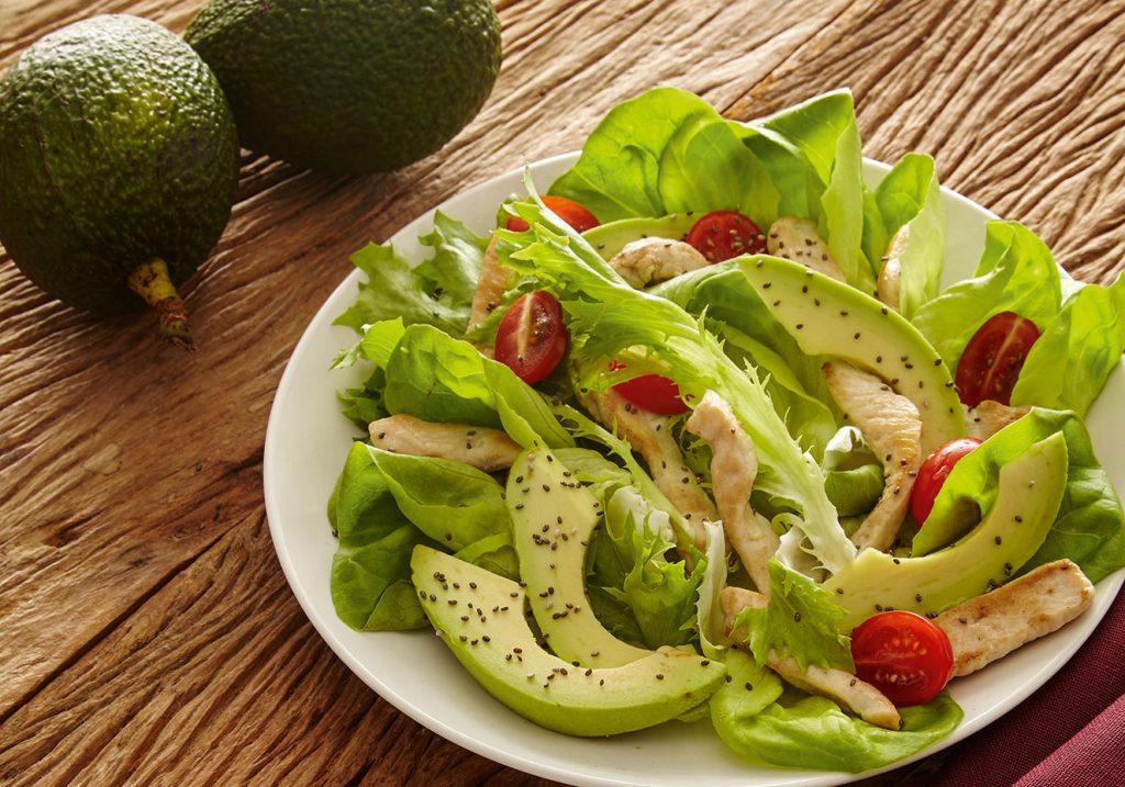 salada de frango com abacate 1024x717 - 8 informações preciosas sobre o abacate