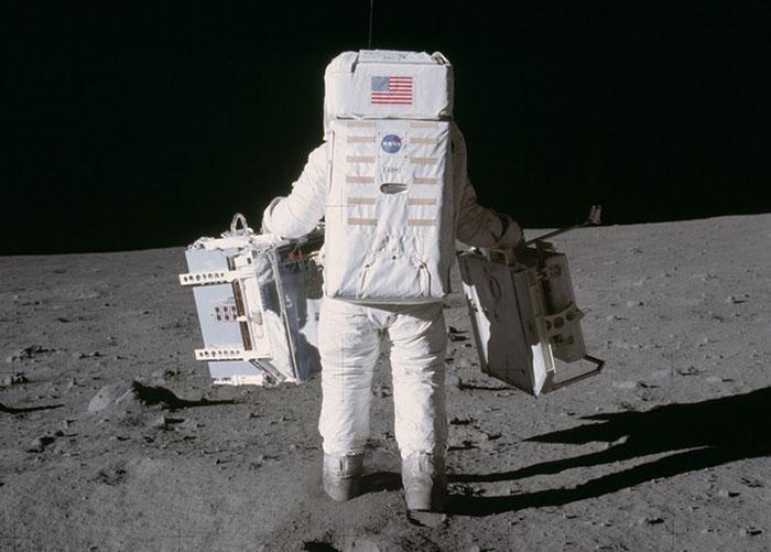 neil-armstrong-moon-walk-3
