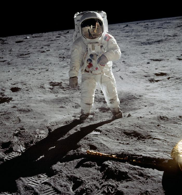 neil-armstrong-moon-walk-6