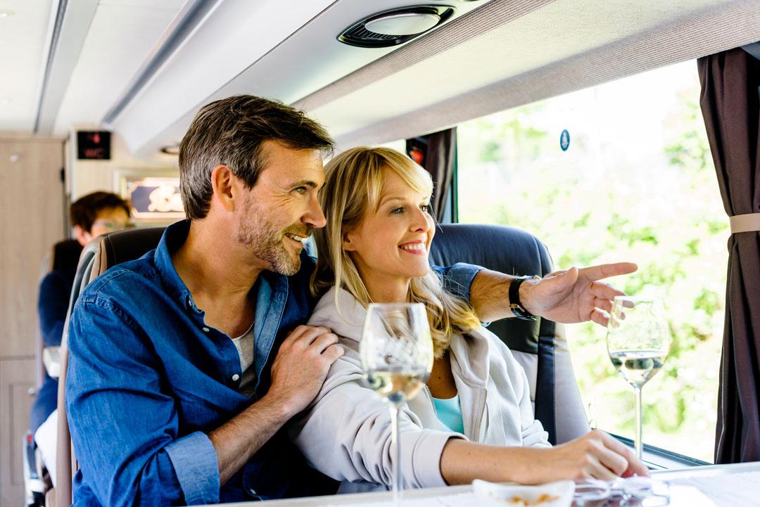 Aussicht genießen während der Fahrt im Reisebus