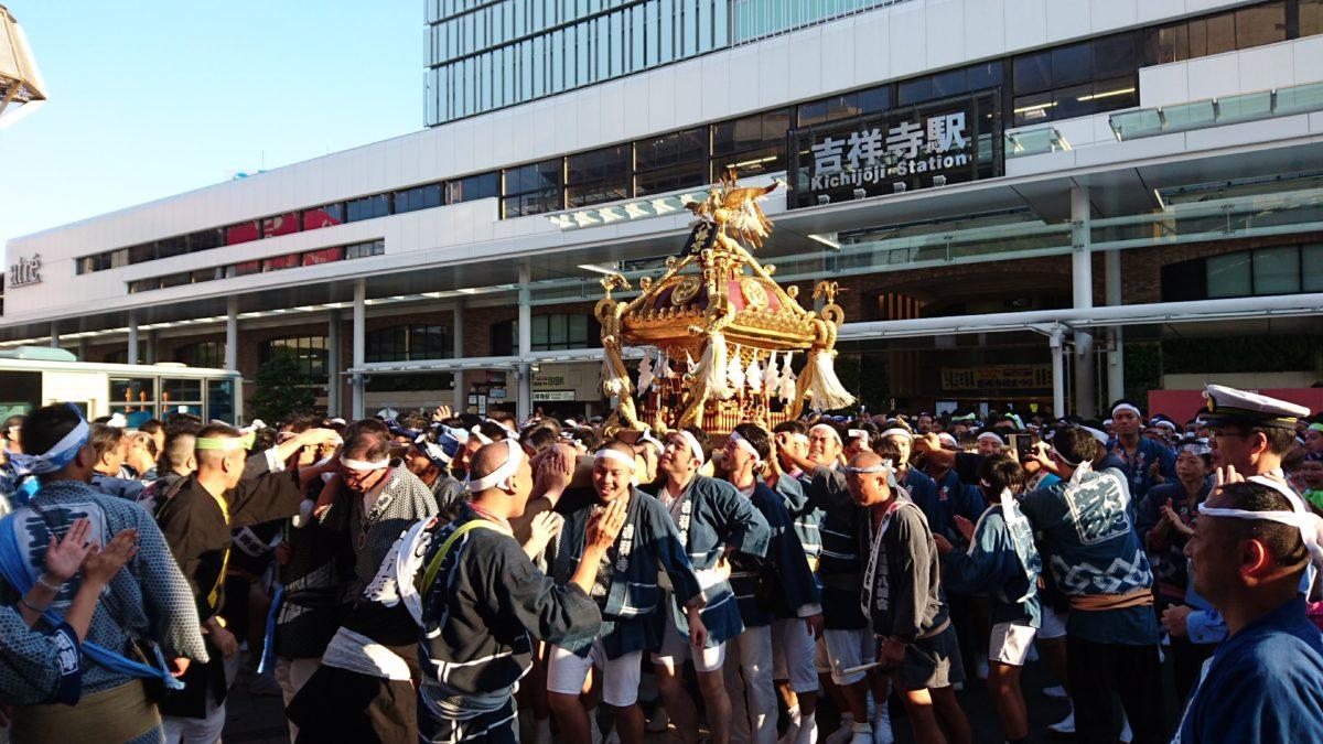 吉祥寺秋祭り 吉祥寺駅前に登場した神輿