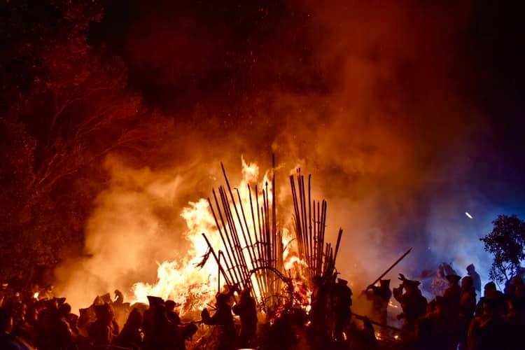 1200年続く最も危険な火祭り、鳥羽の火祭りの間近で祭り熱を感じ取った!