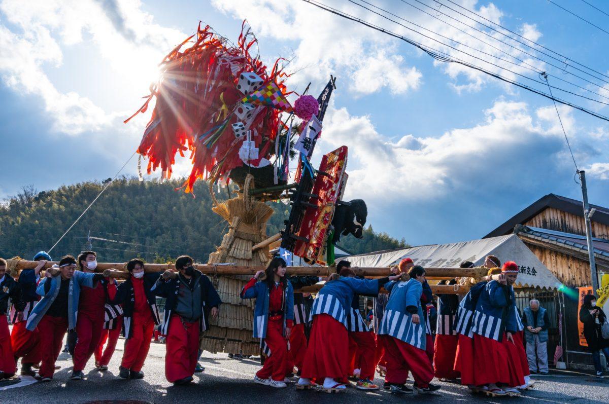 巨大な山車が町内を練り歩く!近江八幡の「左義長まつり」をレポート