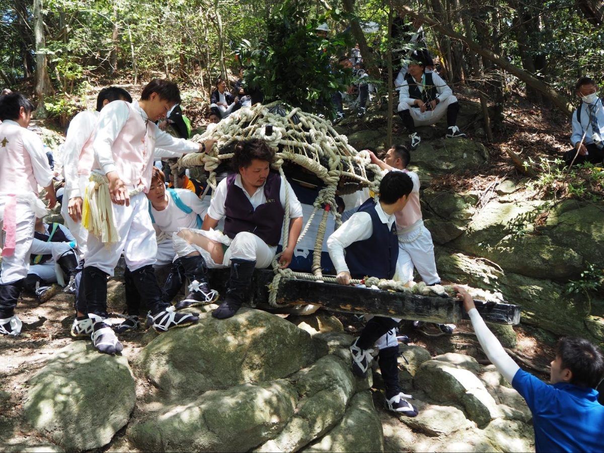 「伊庭の坂下し祭り」断崖絶壁を神輿が落下する|観光経済新聞