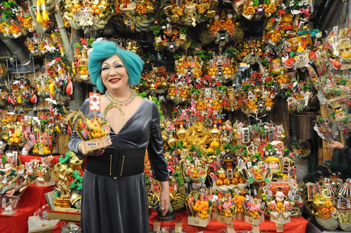 新宿・花園神社の酉の市!〈ドラッグクィーン〉アマゾネス・ダイアンさんの熊手購入に密着!