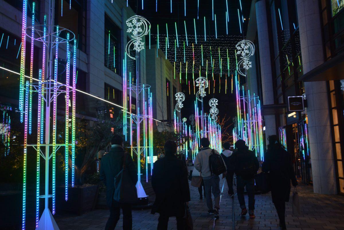 「赤坂冬祭TBSトゥインクルサカス」バーティカルチューブのLEDで万華鏡のように輝く仲通り