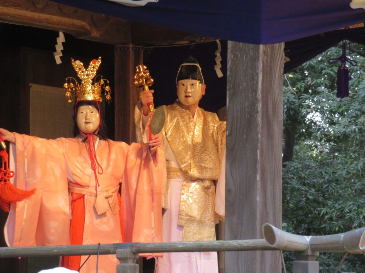 「玉敷神社例大祭」イチョウの黄葉が風に舞う神楽殿で、江戸神楽の源流にふれる
