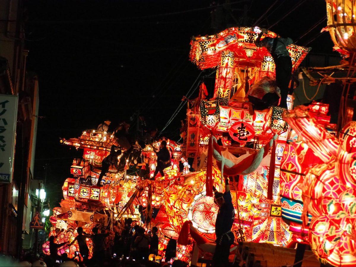 「福野夜高祭」巨大行燈を壊し合うケンカ祭り|観光経済新聞