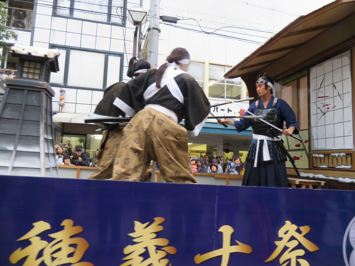 「赤穂義士祭」100年を超えて開催され続ける祭の歴史的背景を元禄絵巻で物語る「忠臣蔵名場面の山車」