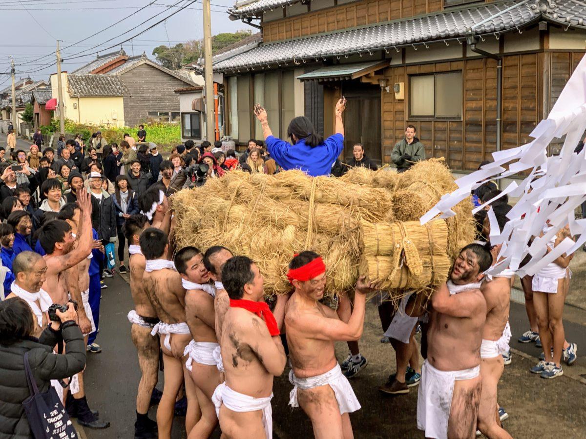 長崎県・五島列島のなぞ過ぎる奇祭「へトマト」に行ってみたら、お姫様抱っこの勇者がド派手に現れた件