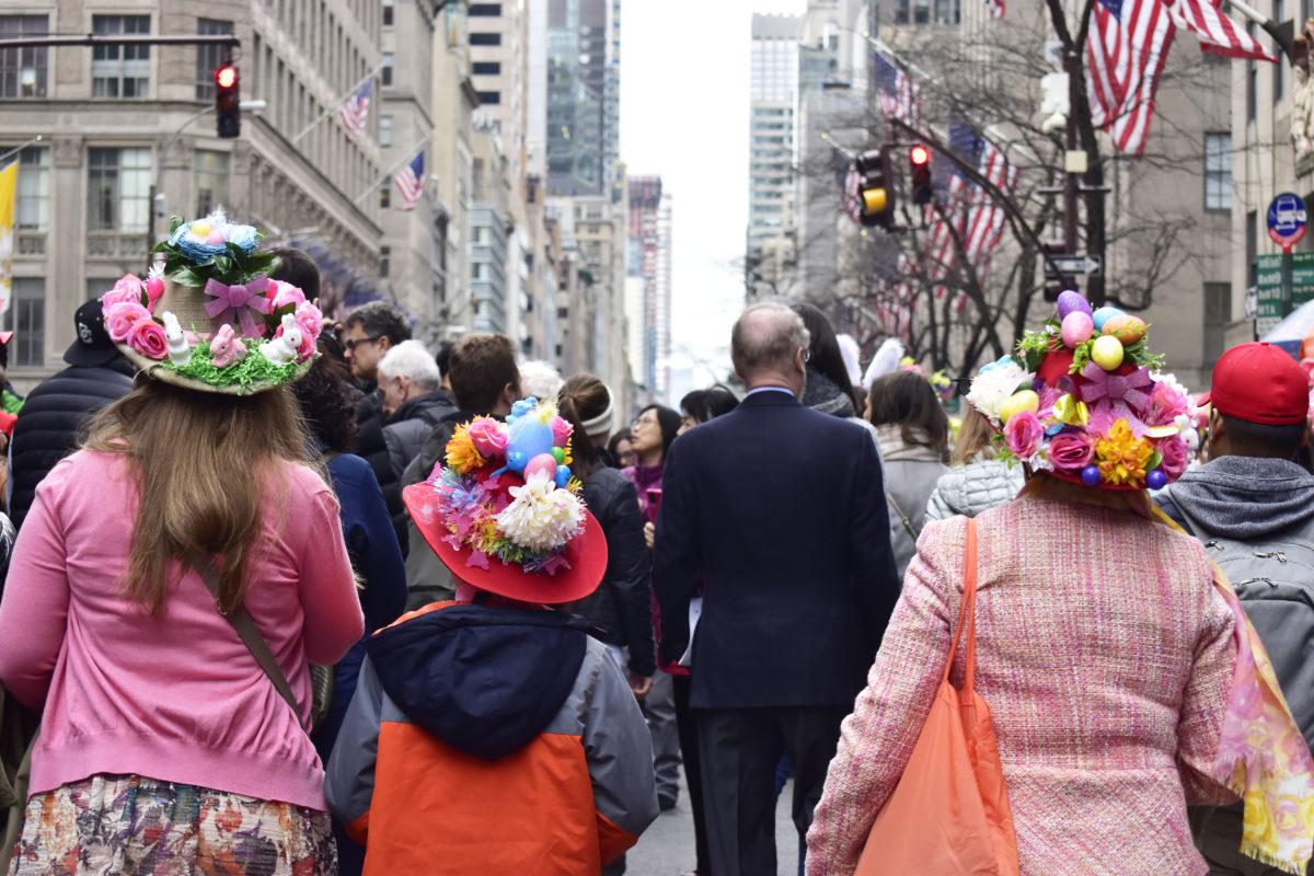 後ろ姿からでもパレードの活気が伝わってきませんか。