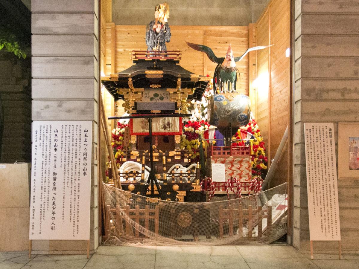 山王祭で巡幸する美少年山車(左)と諫鼓鶏(かんこどり・右)