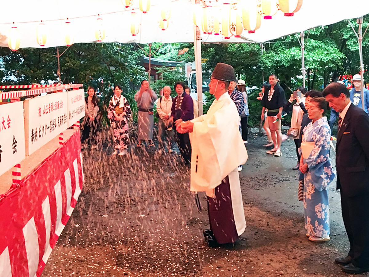 毎年盆踊り初日には、無事開催を祈願し、櫓前でお祓いが行われる