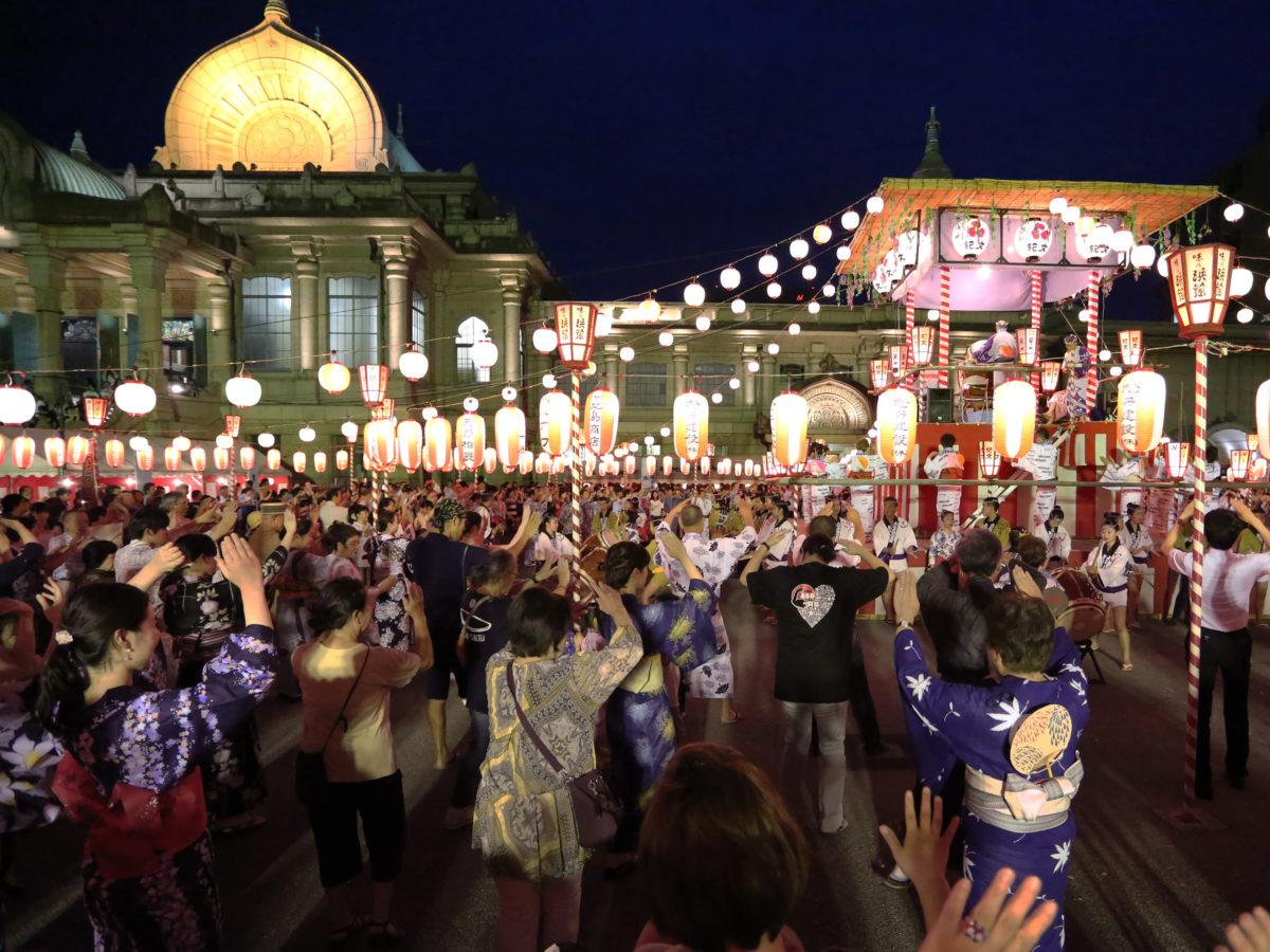 ライトアップされた本堂と華やかな櫓を見ながら踊るロケーションは、まさに絶景かな!