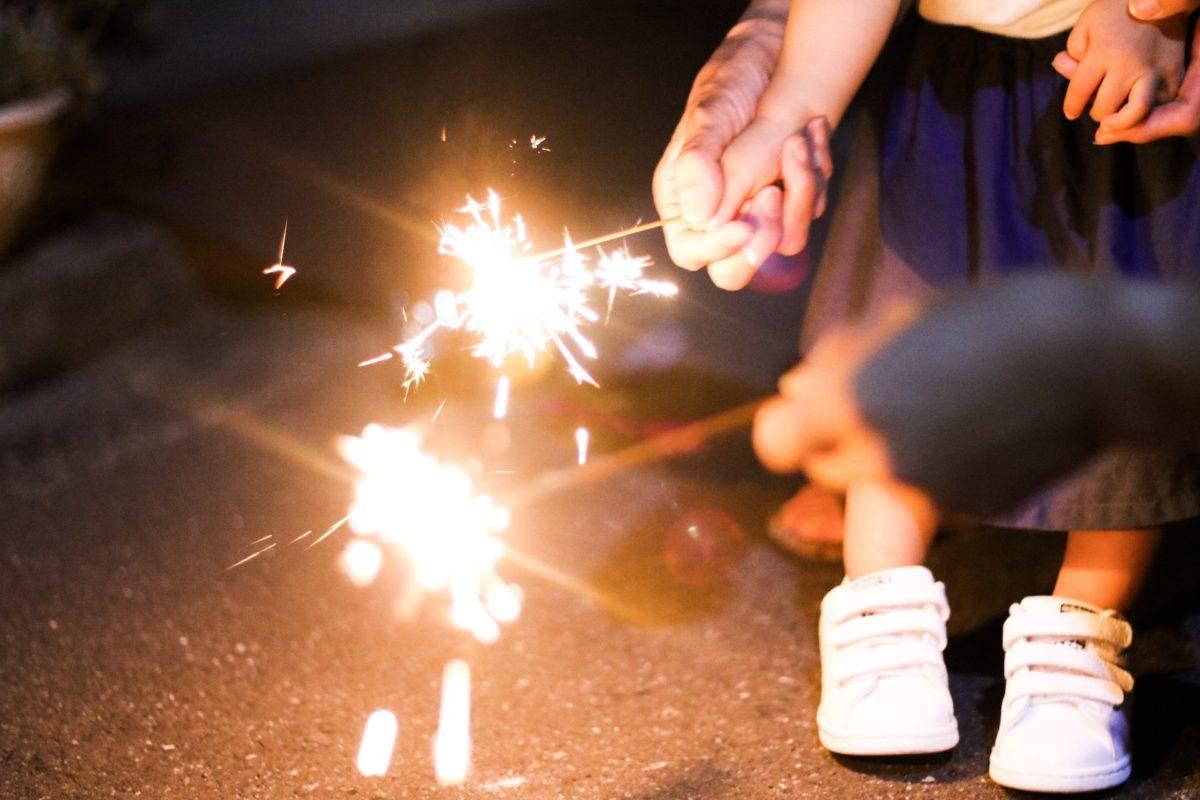 夏の風物詩「花火」はお盆が由来?家族一緒に手持ち花火で先祖を偲ぼう