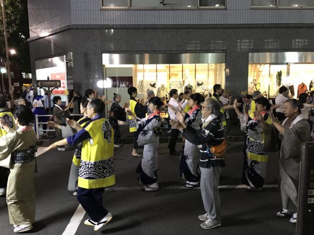 踊り場と化す、大伝馬本町通りの路上