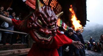 「だだおし」大和の二大火祭で暴れる鬼|観光経済新聞