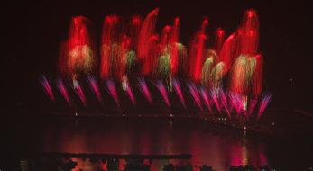 熱海海上花火大会が再開!コロナ禍に希望を与える花火が温泉街を染め上げる