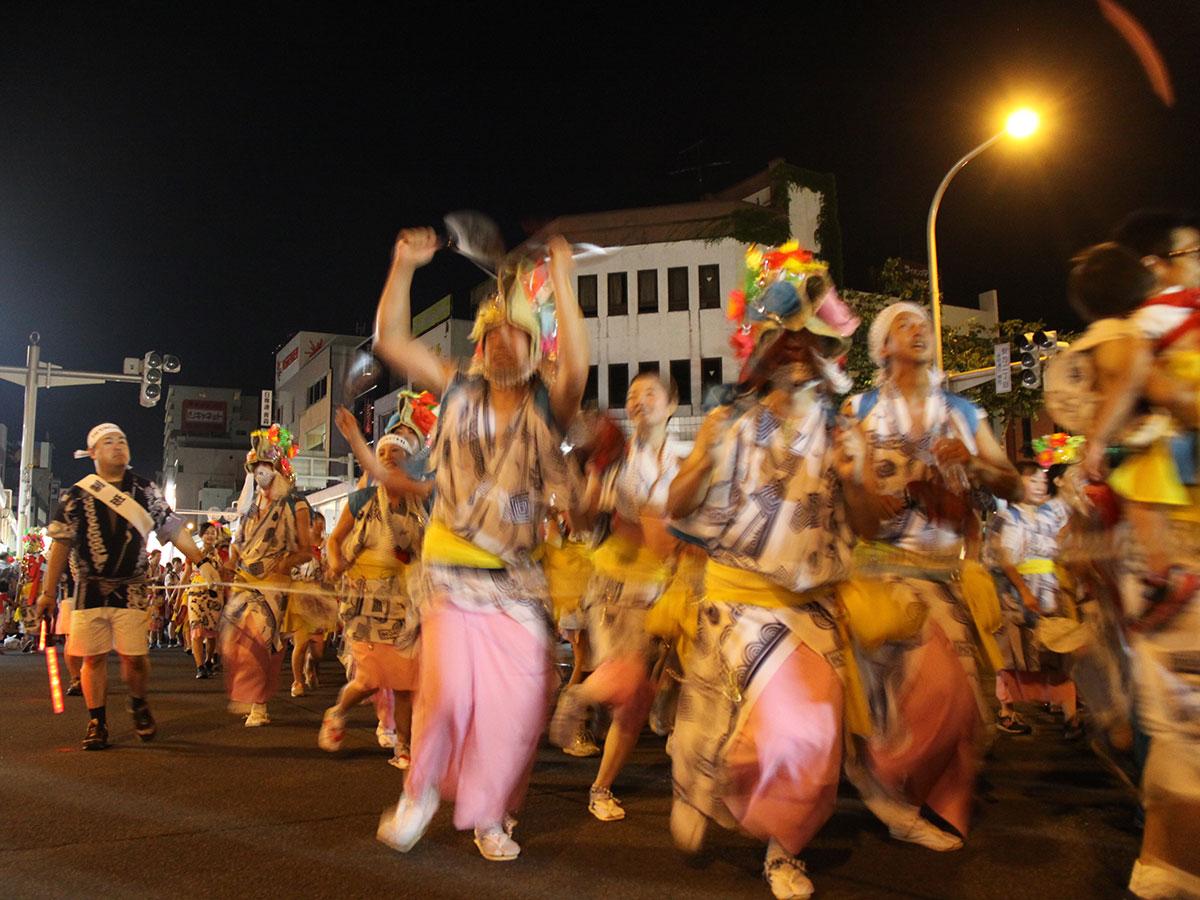 跳人は「ねぶた」の前で囃子に合わせて踊り跳ね祭りを大いに盛り上げる