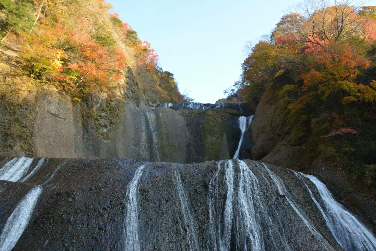 【袋田の滝の紅葉】四段に分かれて水が落下する日本三大名瀑を彩る渓谷