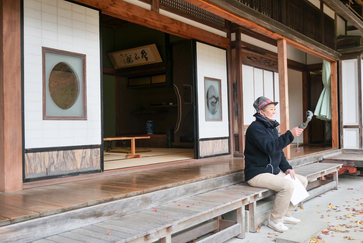 縁側からの美しい日本庭園も座った視点で見せてくれました