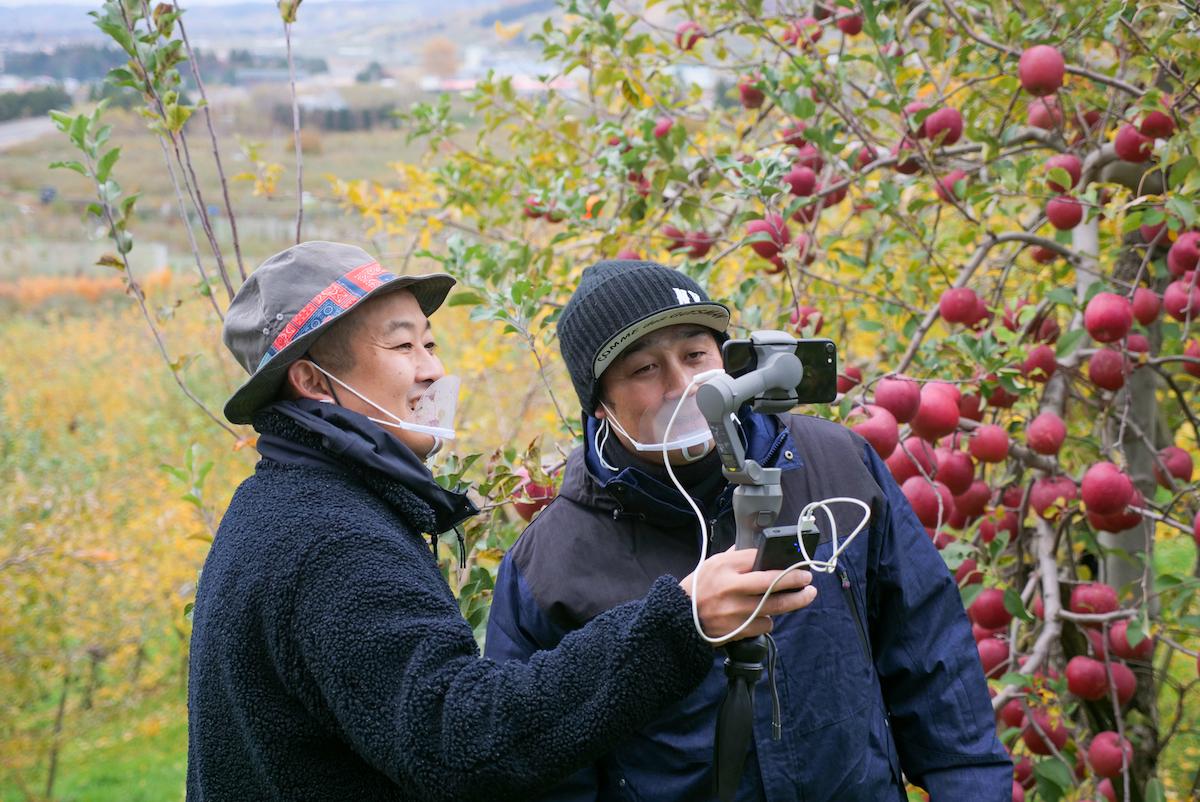 参加者に自己紹介する今井農園の今井和人さん(右)