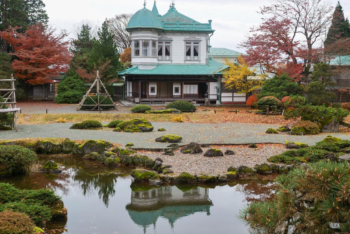 池の水面に映る盛美館
