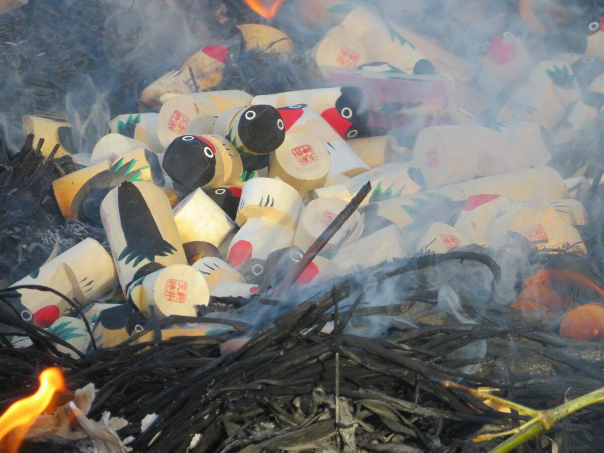 【新井天神北野神社うそ替え神事】揺れる炎の中で焚き上げられる木彫りの鷽