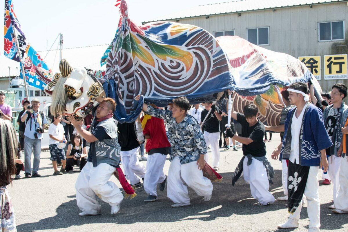 「橋立の獅子舞」勇壮な白い獅子舞、港町を舞う|観光経済新聞