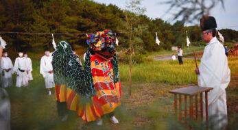 色彩豊かな獅子舞「お頭様」とは?なぜ2体の神輿?山形県遊佐町で御浜出神事を開催!