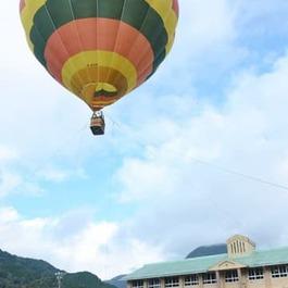 地上25m、熱気球で空から思い出づくり 3月閉校の坂内小中学校