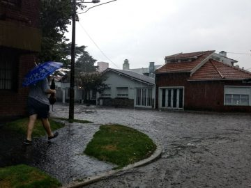 El viernes la ciudad se inundó por la intensa  lluvia. Este domingo, hay alerta.