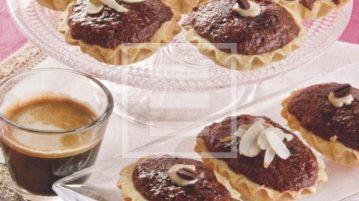Tartellette al caffè con cioccolato e frutta secca ricetta