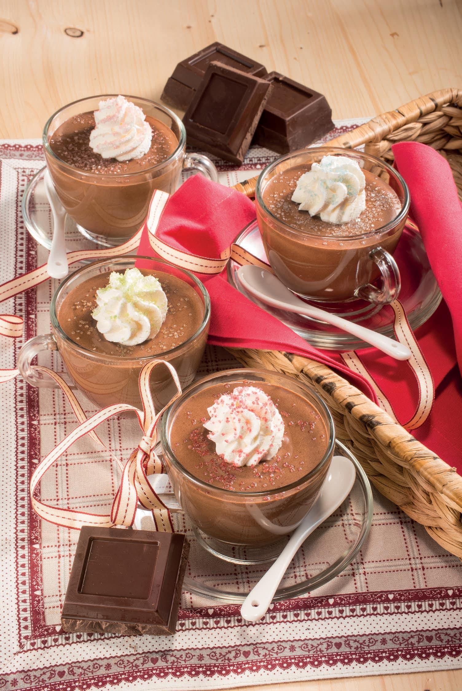 Coppe di crema al cioccolato fondente con la panna   Magpedia