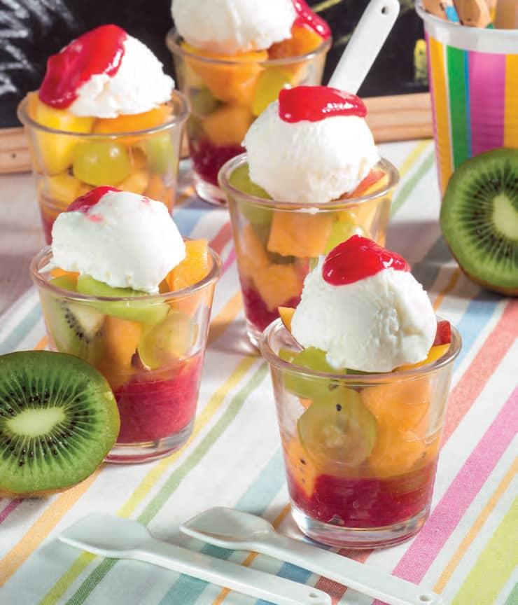 Bicchierini con gelatina di frutti rossi, macedonia e gelato