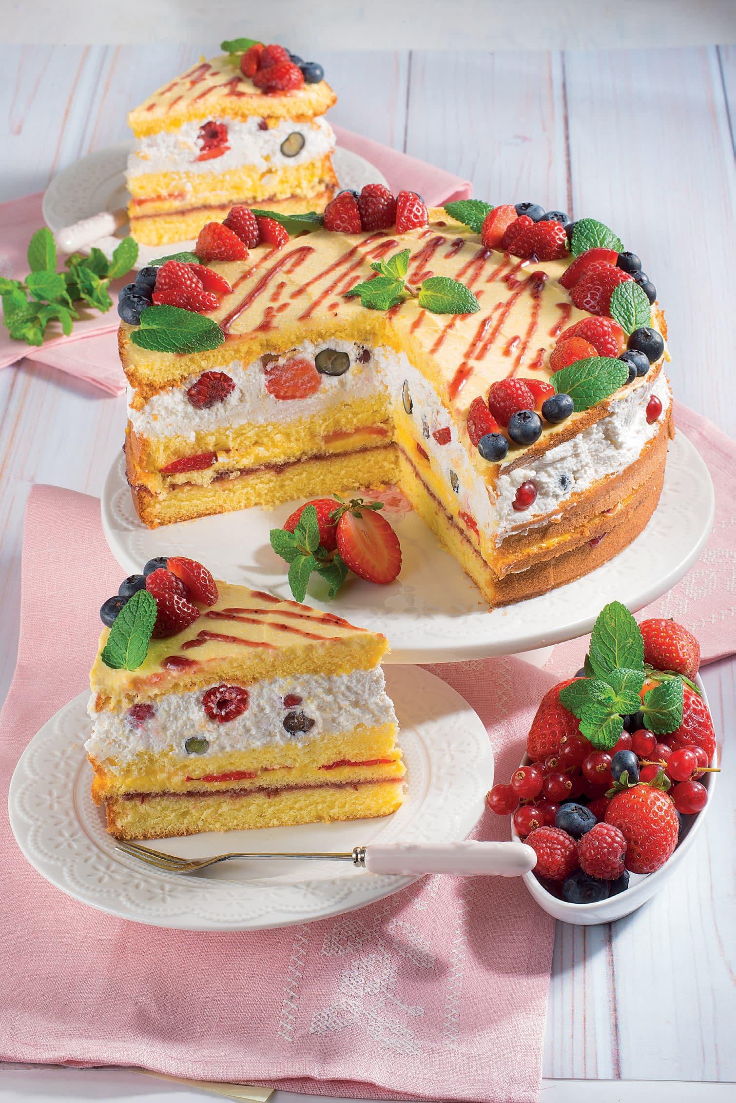 Torta di pan di Spagna con crema, ricotta e frutti di ...