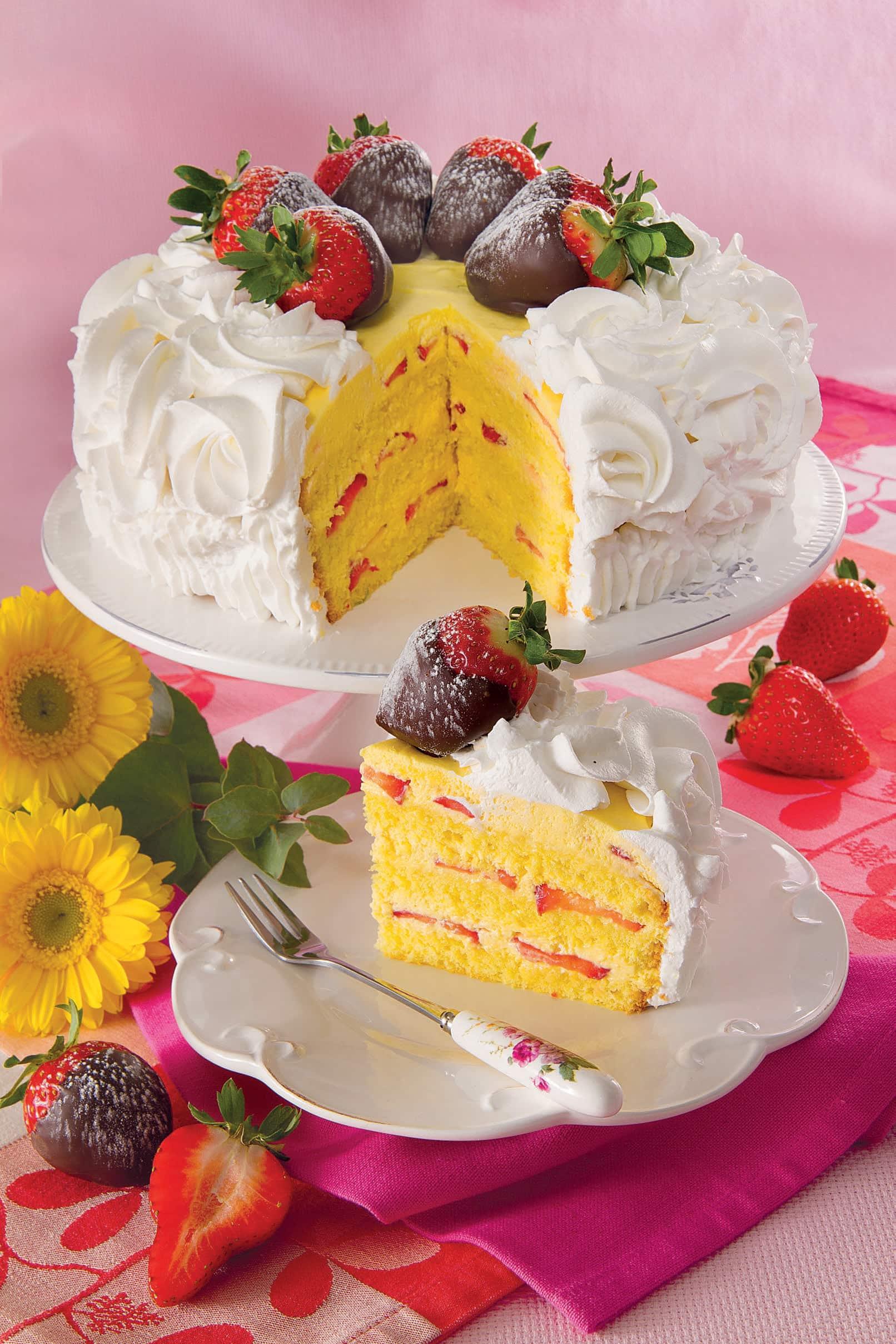 Per un compleanno o un anniversario, ci vuole una torta speciale! Prova la  ricetta di questo dessert farcito con crema e decorato con panna,  cioccolato e