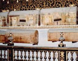 I sarcofaghi che contengono le mummie studiate dall'Università di Pisa