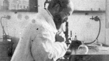 Nella foto sopra lo scienziato Vincenzo Tiberio al microscopio. Sotto la farmacista Giulia Carlevaris