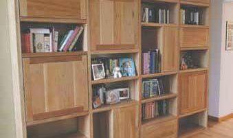 Una libreria in legno realizzata artigianalmente da Walter Molinero