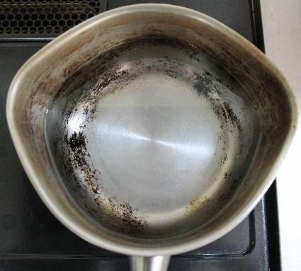 焦げた鍋に水